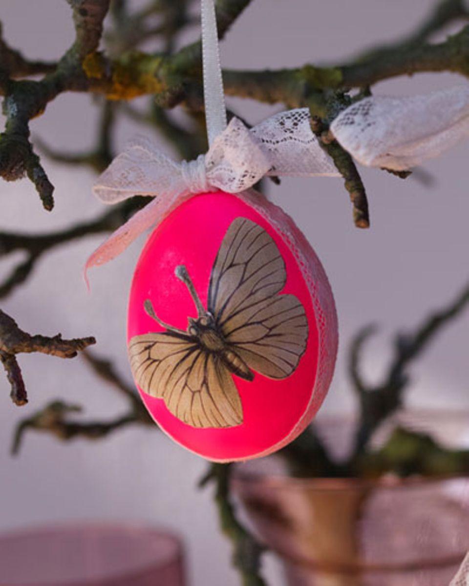 Ostereier färben: Schmetterling auf Ei