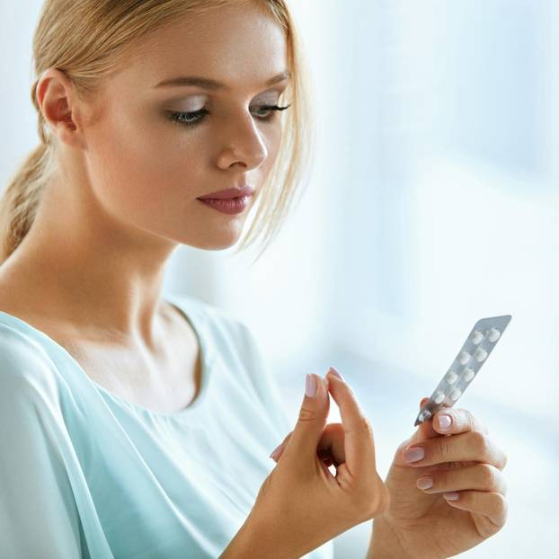 Medikamente: Frau nimmt Tablette