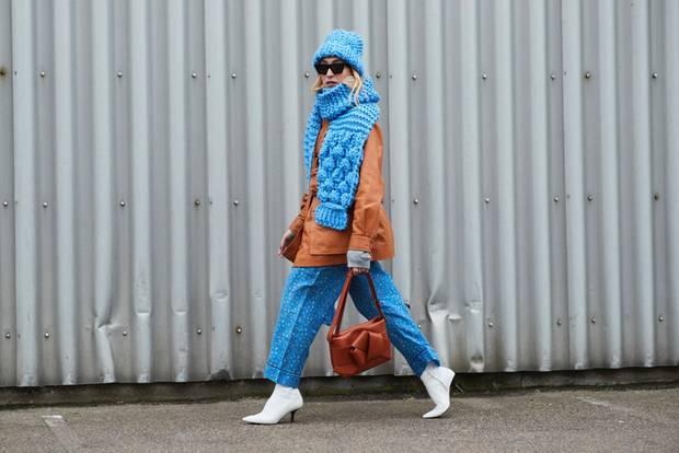 Scandi Style: Frau mit weißen Stiefeletten