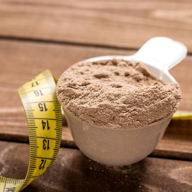 Formula-Diät: Löffel mit Pulver gefüllt, daneben ein Maßband