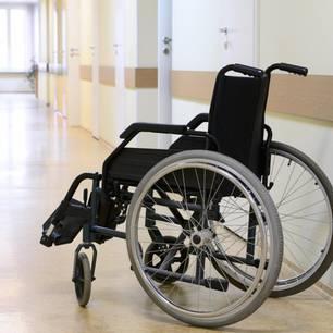 Pflegenotstand: Rollstuhl in einem Altenheim