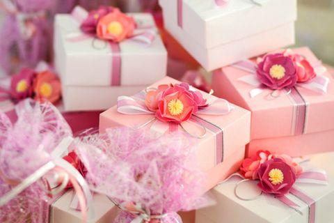 Gastgeschenke für die Hochzeit: Präsente auf einem Tisch