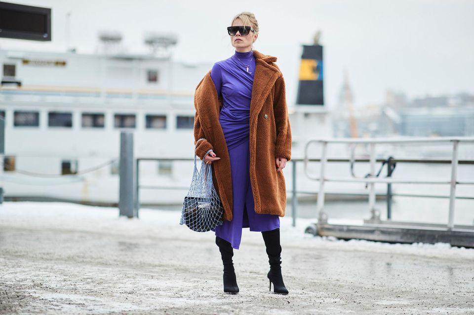 Scandi Style: Frau in Fake-Fur-Mantel