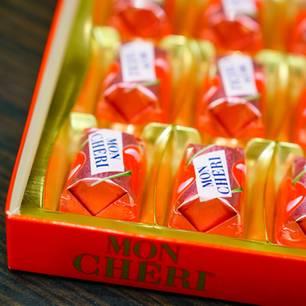 Mon Cheri: Eine offene Packung mit sechs Pralinen