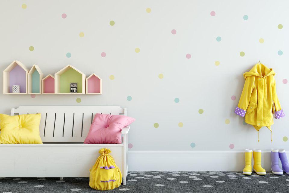 Bank und Garderobe in Tupfen-Kinderzimmer