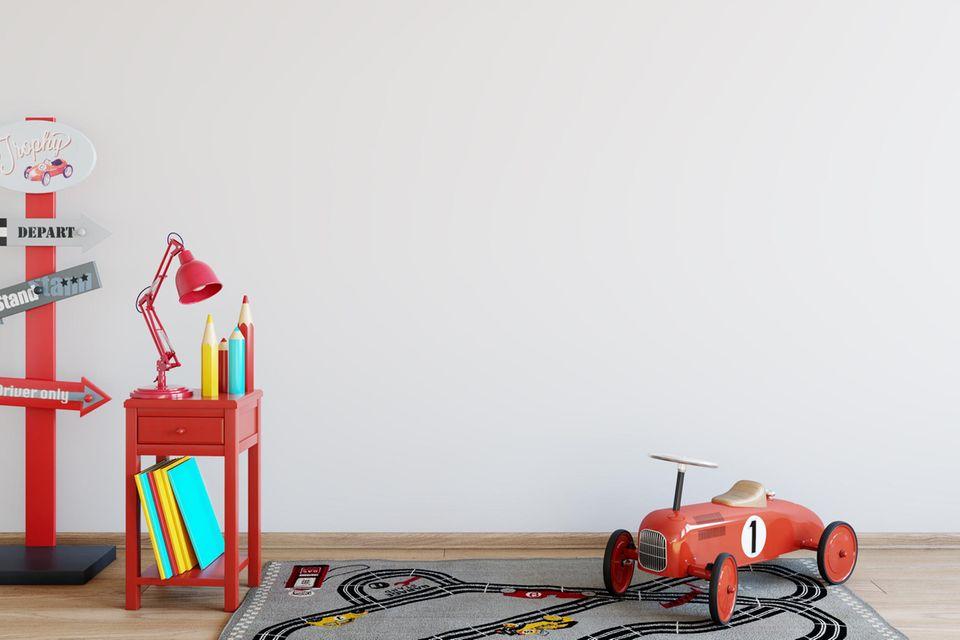 Kinderzimmer mit Straßenteppich und rotem Auto