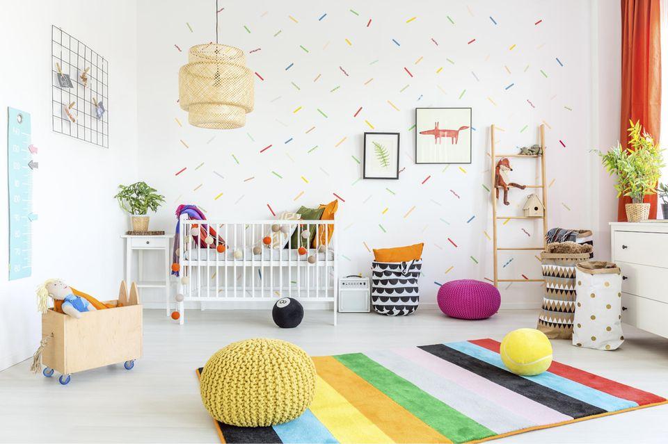 Kinderzimmer mit Sticker-Tapete und viel Deko