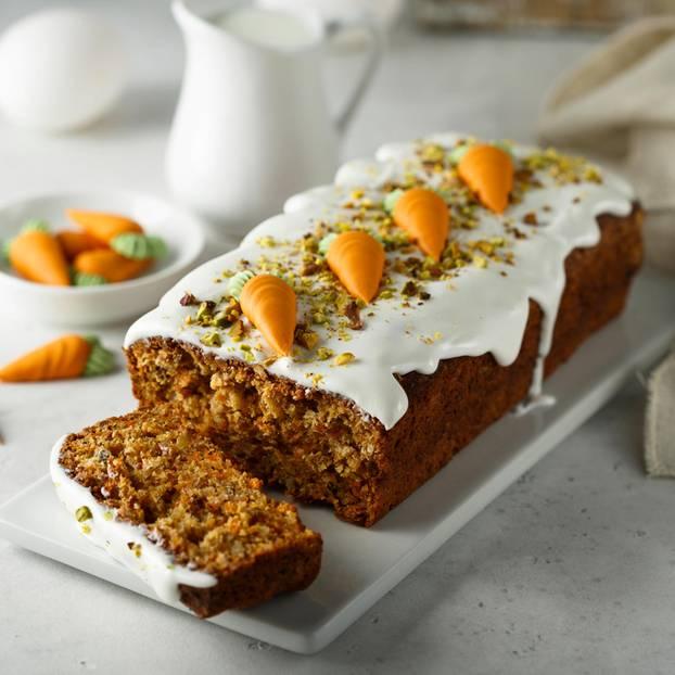 Karottenkuchen mit Puderzucker auf weißem Teller