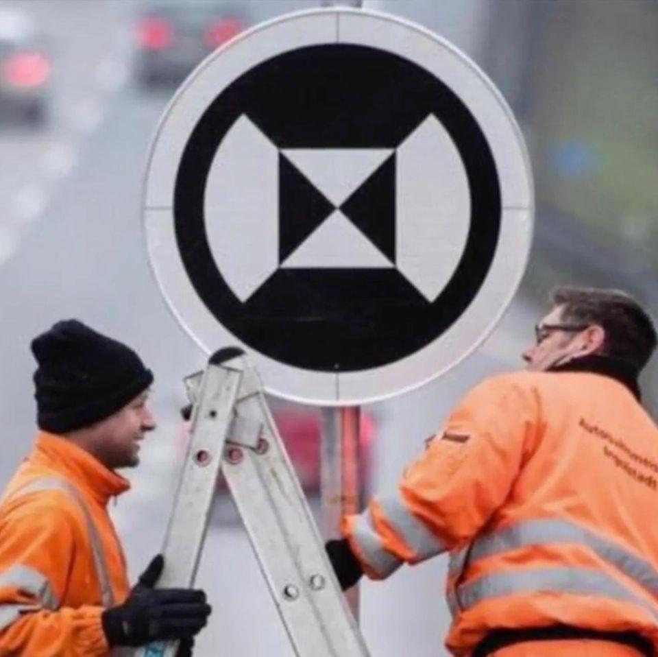 Unbekanntes Verkehrsschild: Straßenarbeiter stellen das mysteriöse Schild auf