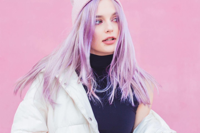 Bunte Haare: Frau mit gefärbten Haaren in Granny Violett