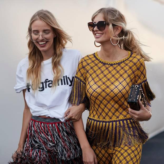 Frühlingsfrisuren: Zwei blonde Frauen mit welligen Haaren