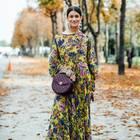 Frau trägt bodenlanges Maxikleid