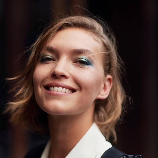 Frühlingsfrisuren: Frau mit dunkelblonden Haaren