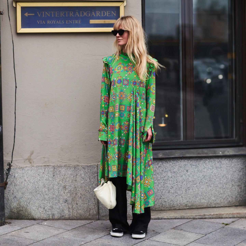 Frühlingsfrisuren: Blonde Frau mit langen Haaren und Pony