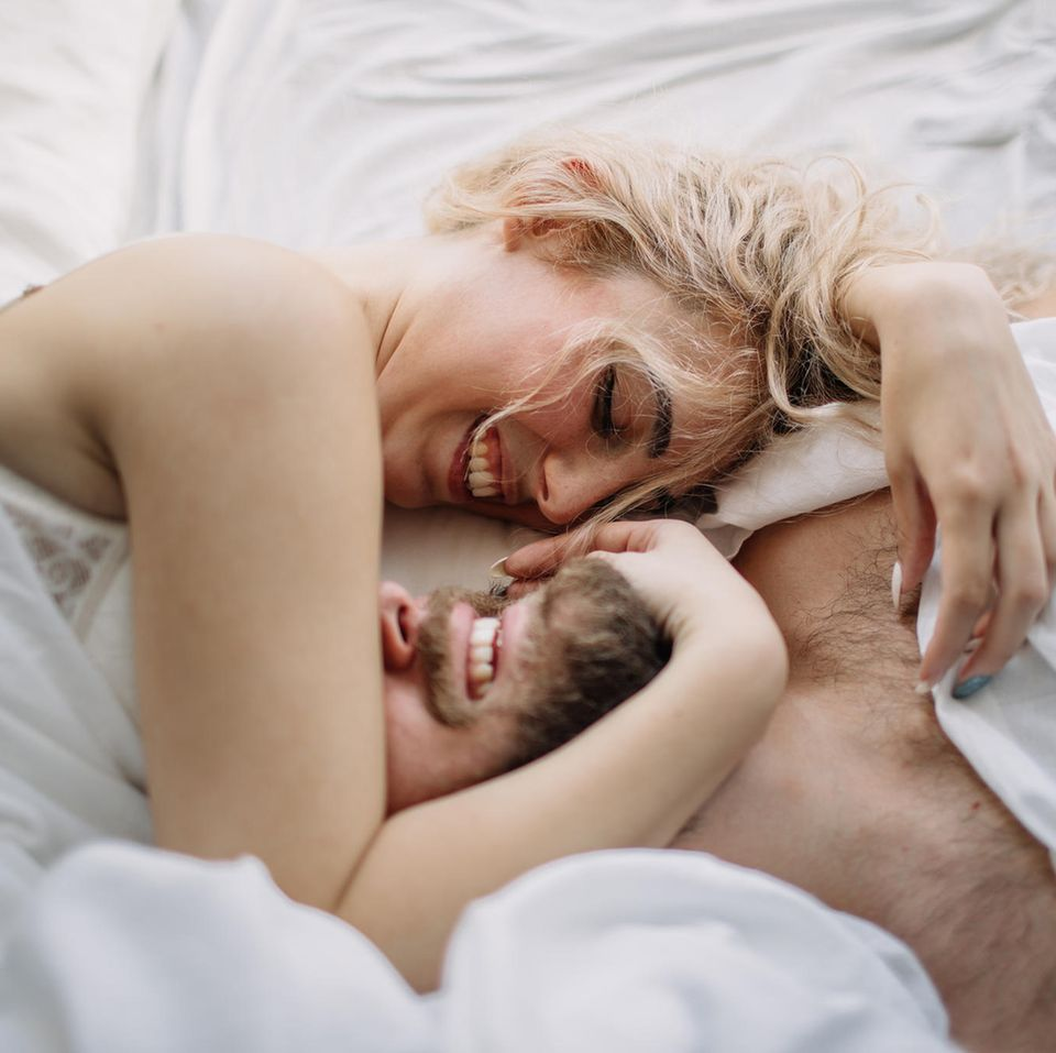 Wie oft denken Frauen an Sex: Paar im Bett