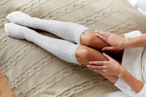 Schamhaare rasieren: Frau mit Socken