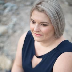 Pipa ist hauptberuflich im Marketing tätig, nebenbei Bloggerin und Autorin. Auf ihrem Blog frauenmut schreibt sie über alle Themen, die sie als Frau bewegen und setzt sich kritisch mit Schönheitsidealen, Diäten und Sexismus auseinander.