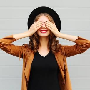 Dinge, durch die wir schneller altern: Frau hält Hände vor die Augen