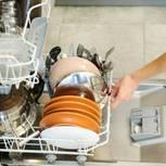 Geschirrspüler-Trick: Frau öffnet Klappe von Geschirrspüler
