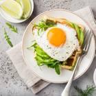 Eier-Rezepte: Spiegelei auf Toast und Avocado