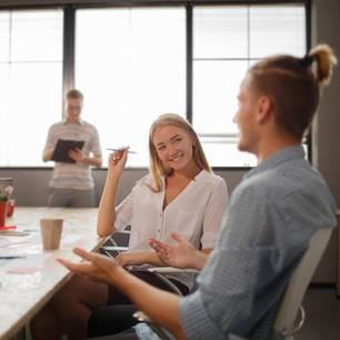 Frauennamen und Gehälter: Gruppe junger Business-Leute