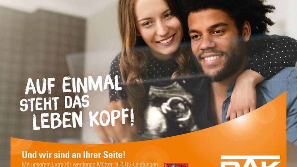 Facebook: Ein DAK-Plakt zeigt dunkelhäutigen Mann und weiße Frau mit Ultraschallbild