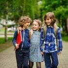 Beste Freunde: Drei Kinder Arm in Arm