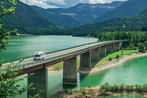Ein Wohnmobil auf einer Brücke in Oberbayern