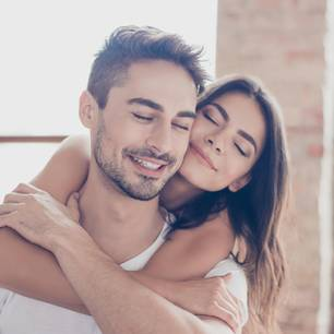 Instagram: Frau umarmt Mann von hinten
