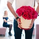 Valentins-Überraschung endet in Prügelei: Mann mit Blumen hinterm Rücken