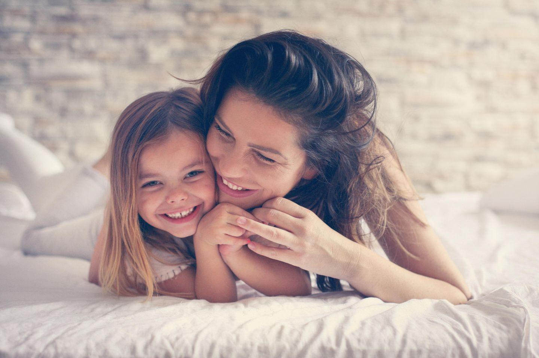Mom-Beauty: Mama knuddeln ihre Tochter