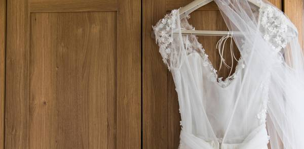 Bridal Buddy: Braut trägt das Hochzeitskleid-Tool
