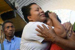 El Salvador: Teodora Vásquez fällt nach ihrer Freilassung ihrer Mutter in den Arm