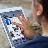 Facebook für Kinder: Kind mit Tablet