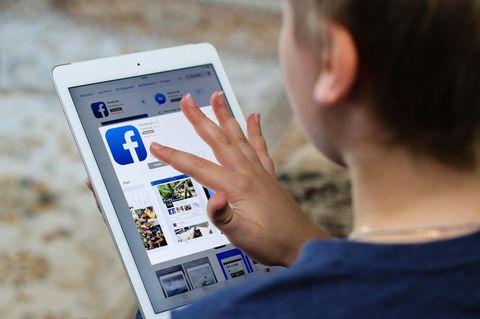 Facebook für Kinder: Kind mit Tablet