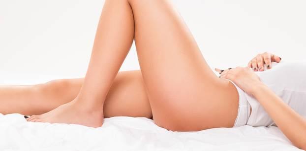 Ultraschall gegen Cellulite: Frau zeigt ihre Beine
