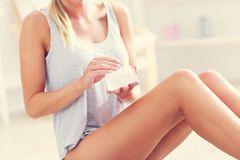 Anti-Cellulite: Frau cremt ihre Oberschenkel