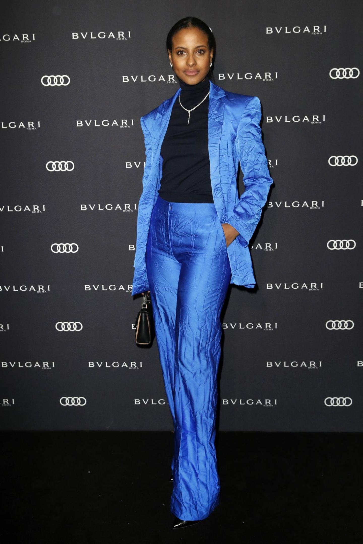Sara Nuru im blauen Anzug
