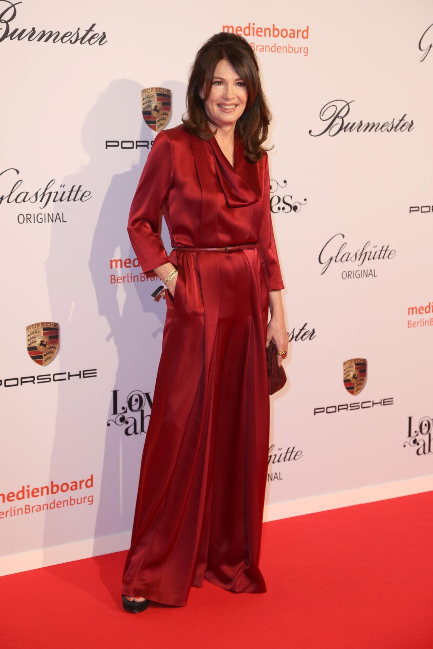 Iris Berben in rotem Kleid