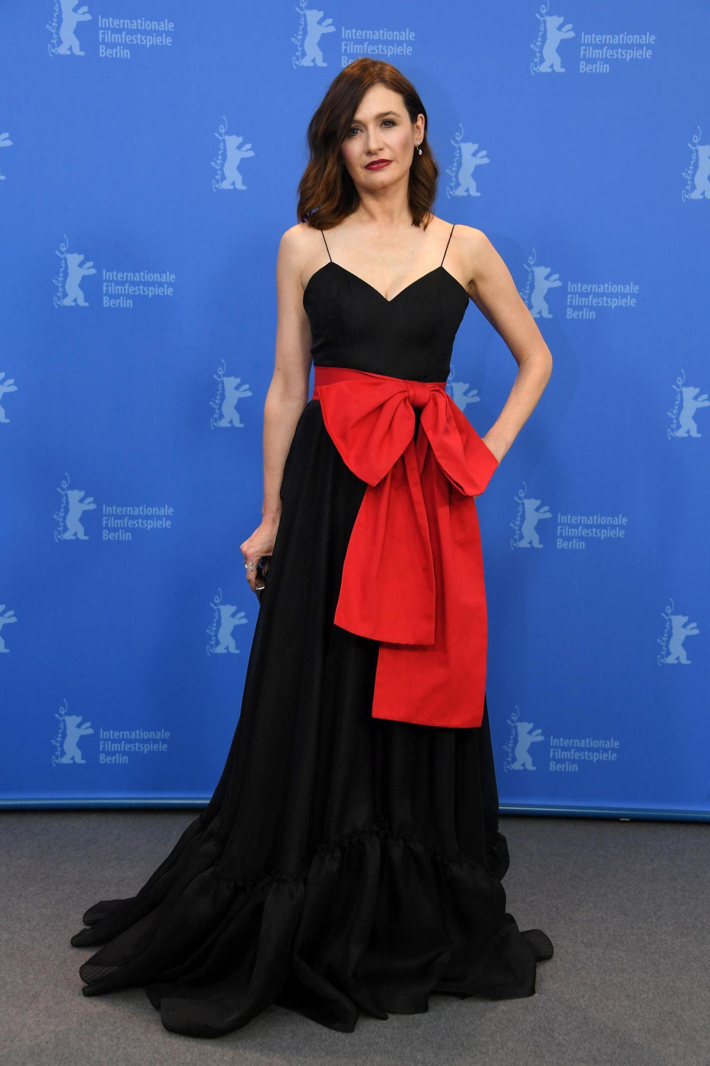 Emily Mortimer in schwarzem Kleid