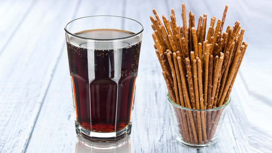Durchfall: Cola und Salzstangen nebeneinander auf dem Tisch