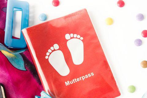 Mutterpass liegt vor Handtasche