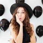 Nicht mehr entschuldigen: Frau mit Hut und Ballons