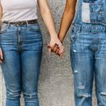 Miami: Zwei leger gekleidete Frauen halten Händchen