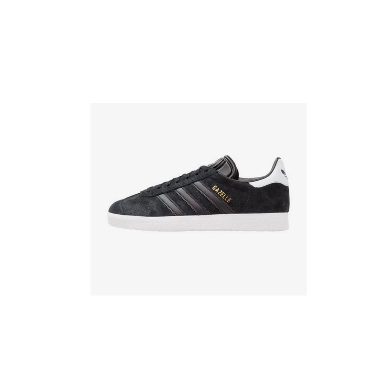 Sneaker von Adidas zum Wickelkleid