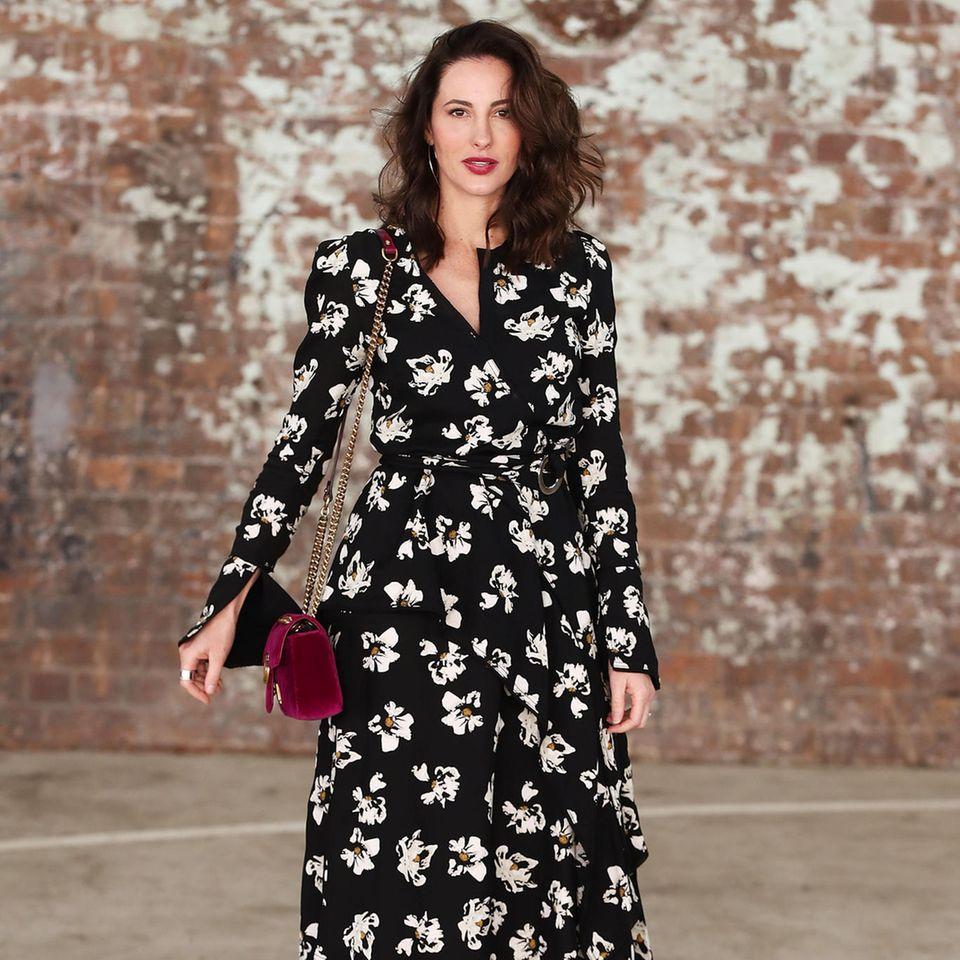 Bloggerin trägt langes Wickelkleid
