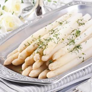 Spargel kochen: Fertiger Spargel auf Silbertablett mit Dill
