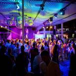 Jena: Menschenmenge in einem schillernden Nachtclub