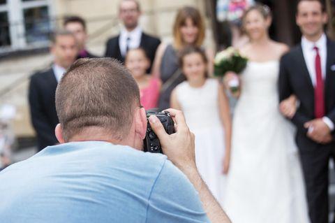 Hochzeitsfotograf mit Hochzeitsgesellschaft