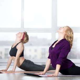 Sport ab 50: Zwei Frauen praktizieren Yoga
